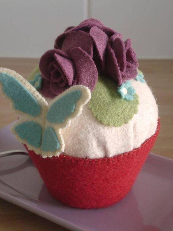 cupcake aux roses et papillon objets déco