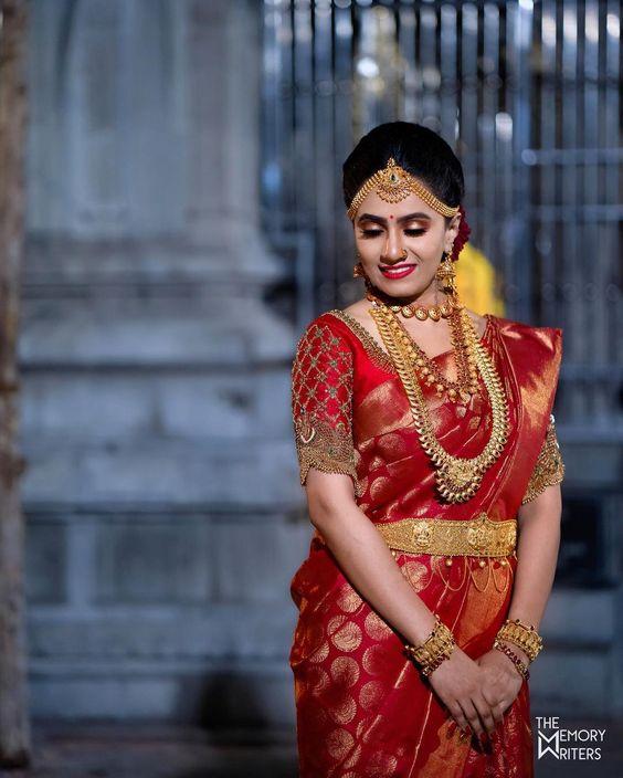 Lovely lady adorned with fine jewellries and dressed in saree - the traditional costume of India. #NationalCostumes #NationalAttire #ChinaCostume #TibetanCostume #KhmerCostume #ThaiCostume #VietnamCostume