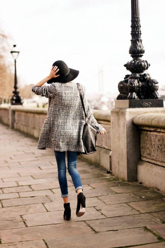 Blazer, black heels, black hat, black bag, skinny jeans: