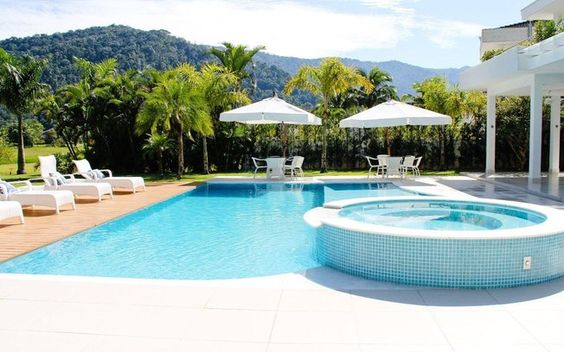 A piscina da foto tem formatos irregulares em alguns lados. O que achou do projeto?. Foto: Divulgação
