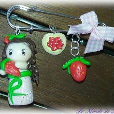 Broche épingle à nourrice figurine et fraise