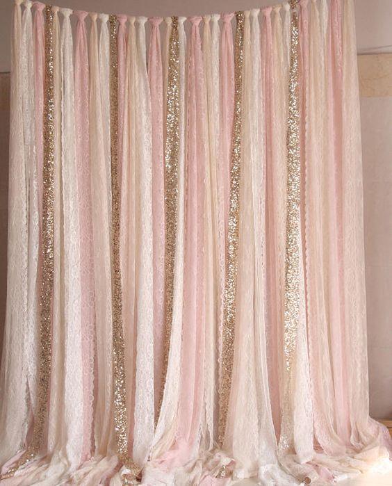 Blush rosado blanco beige encaje tejido Sparkle Gold photobooth telón de fondo boda ceremonia etapa, cumpleaños, bebé ducha fondo partido cortina dormitorio decoración el telón de fondo se hace con ajuste de cordón elástico de alta calidad, muy suave, también es ideal para ser utilizado como cortina. cada pieza de encaje de color rosa (unos 18,5 CM de ancho) también es perfecto para ser utilizado como una bufanda Lavado a mano: método de lavado PERSONALIZAR: Puede hacer cualquier anchura, lo...