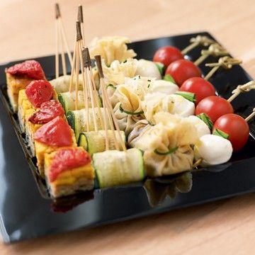Aumônière provençale  Banderille d'omelette comme une tortilla  Trident de courgette marinée  Bille de mozzarella et tomate au basilic - Dalloyau