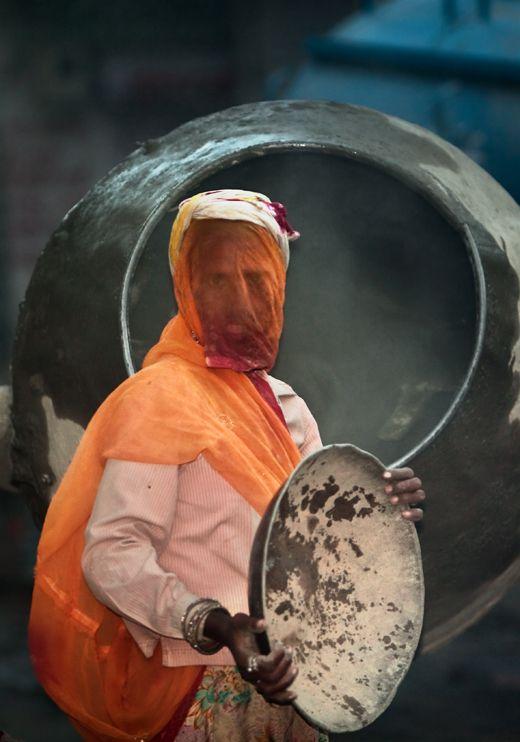 Working woman from Jodhpur.   Photo: Serge Bouvet