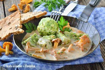 Brennnesselknödel mit Eierschwammerl-Rahmsauce, dazu grünen Salat. Ein herzhaftes Gericht, das hervorragend schmeckt.