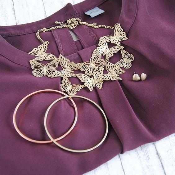 Heute  Ich mag die Kombi aus Bordeaux-Rot (nicht so lila wie hier, die Bluse ist sehr viel röter) und Gold.  #DorosSchmuckkasten Reposted Via @doro_musicme