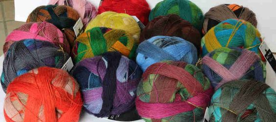 Lace Ball 100 auch von Schoppel-Wolle: Kuschel-weiches feine Lace-Wolle aus 100 % Merino-Schurwolle; auch wieder 800 m Lauflänge auf 100 g und das in traumhaften Farbverläufen