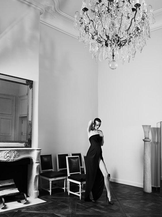In der Einrichtung trifft Art déco auf Moderne sowie französische Stücke aus dem 18. Jahrhundert, darunter ein Schreibtisch, der einmal Yves Saint Laurent selbst gehörte