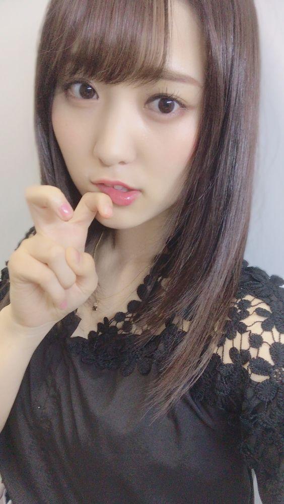 指を折ったピースの菅井友香