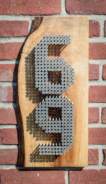 Hausnummer aus Brett und Schrauben