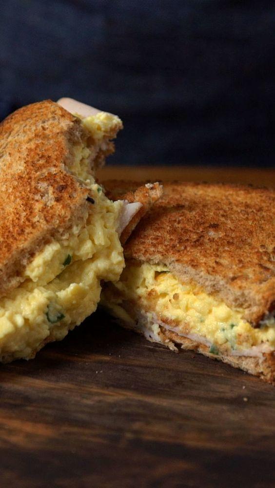 Pão de granola torrado com ovos mexidos. Precisamos falar mais alguma coisa?