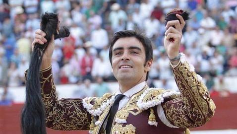 Miguel Ángel Perera pasea feliz las dos orejas y rabo que cortó al quinto toro