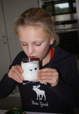 Mason Jar Mummies // PaintSewGlueChew.com  #masonjarcrafts #jamjarcrafts #masonjarmummies #kidscrafts #halloweenideas #halloweendrinks