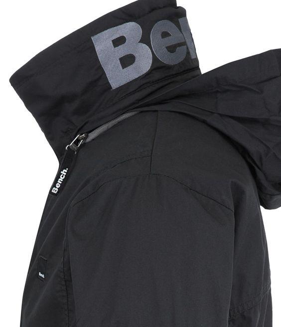 Sportliche Jacke mit Stehkragen und Reißverschluß vorneStehkragen mit intergrierter KapuzeReißverschlußtaschen auf beiden Seiten, zusätzliche aufgesetzte Tasche am linken OberarmSaumabschluß hinten mit GummizugBench Label auf der Brust, Bench Logo hinten am Stehkragen.100% Baumwolle