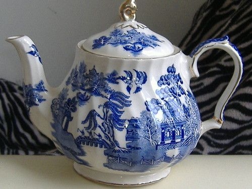 SADLER WILLOW PATTERN TEAPOT WITH GOLD COLOURED GILDING