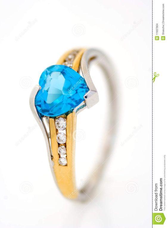Anillo de diamantes del oro con el zafiro azul en forma de corazón