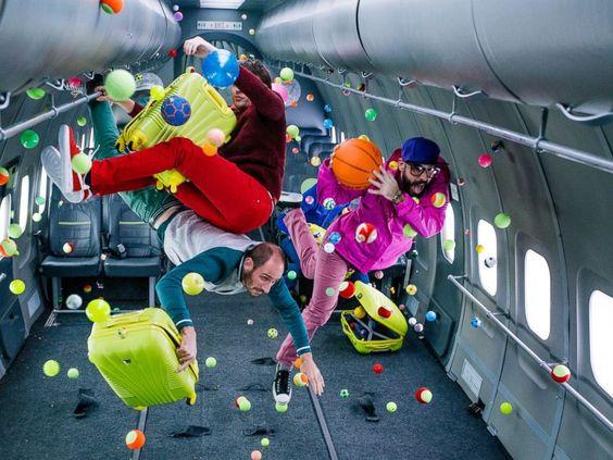 """OK GO lança clipe de """"Upside Down & Inside Out"""" realizado em zero gravidade"""