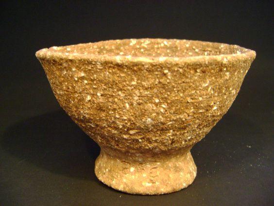 Pieza realizada en torno de mano y cocida en horno de leña.