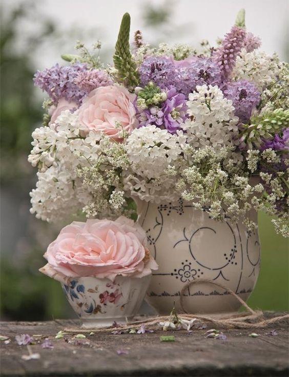 Vários estilos     Dos mais simples a intrincadas combinações de cores e flores, os arranjos florais são sempre sinônimo de beleza e harmo...