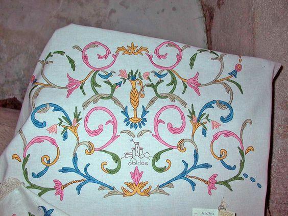 Bordados de Óbidos - Mª Adelaide Ribeirete,  criadora dos Bordados de Óbidos  inspirou-se nos tectos da Igreja de Santa Maria para criar, nos anos 50, um dos mais típicos artesanatos de Óbidos. O tecto da Igreja foi restaurado, pondo a descoberto as suas cores originais e formas. Mª Adelaide Ribeirete, com a ajuda de um espelho, começou a copiar as formas e as cores do tecto da igreja e criou os Bordados de Óbidos. Os Arabescos, Pássaros, o Castelo e a palavra Óbidos, (cont.1)