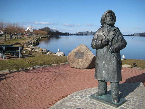 Denkmal für den Heiligenhafener Fischer Gottlieb Friedrich Stüben von Ladislav Hlina; (Statue of a famous fisherman in Heiligenhafen, Baltic Sea, Germany)
