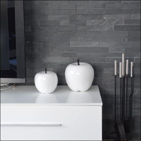 Trendige weiße Deko-Äpfel aus hochwertigem Fiberglas mit Hochglanz-Optik. Sieht er nicht zum Anbeißen aus? Egal ob auf Ihrem Tisch, der Fensterbank oder der Arbeitsplatte in der Küche, diese Äpfel sind ein hochmodernes dekoratives Accessoire. Durch die hochwertige Verarbeitung stehen sie Ihren Hochglanzmöbeln in nichts nach. Auch als Geschenkidee eine gute Wahl.