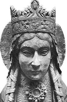 statue de ste Clotilde à Notre-Dame de Corbeil, 12°s.- Elle est fllle de Chilpéric II et de la reine Carétène (peuple voisin des Francs établi dans les actuels Dauphiné et Savoie). Le mariage avec Clovis a lieu à Soissons en 492. Dès lors, Clotilde fait tout pour convaincre son époux de se convertir au christianisme. Clovis est réticent, la mort en bas âge de son I°fils baptisé, Ingomer, ne fait d'ailleurs qu'accentuer cette méfiance