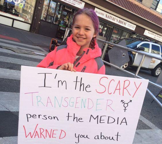 Rebekah Bruesehoff, que con 10 años hizo este cartel y se fotografió, convirtiéndose en una imagen viral que visibilizó una realidad