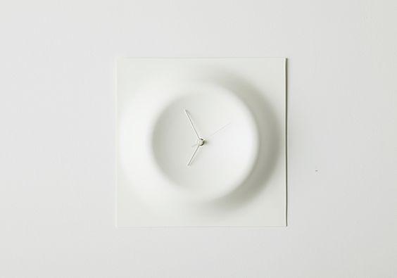 壁と一体化して空間の一部となるクレーターをイメージさせる形状の壁掛け時計。針の動きだけでなく時計全体が映し出す陰影がその時を刻みます。新幹線や航空機の内装、医療機器等に使用されている耐衝撃性の高い素材を使用しています。 <br>This is a wall clock like Crater that integrates with spaciousness. Not only the movement of the needle but also the shadow can feel the change of time.This uses the material with high impact resistance used for the railway vehicle, the aircraft, and medical equipment, etc.<br>[ size: 290*290*50 | material:AM-PVC | brand: BridgE new experimental product design ]