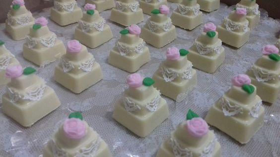 Mini bolo no chocolate branco produzido pela Verdelilás Chocolates. Recheado e enfeitado por Elaine Misiato