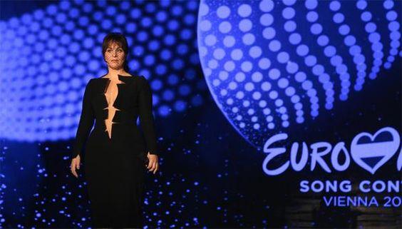 Trijntje Oosterhuis gaat voor zwart en diep decolleté bij het Eurovisiesongfestival. Bekijk de repetitie!