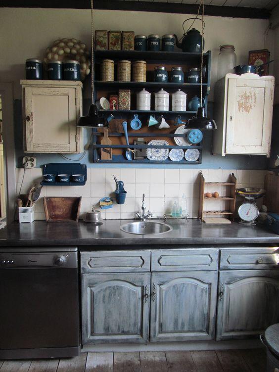 De keuken, de bovenkastjes zijn vervangen voor antieke kastjes en ...