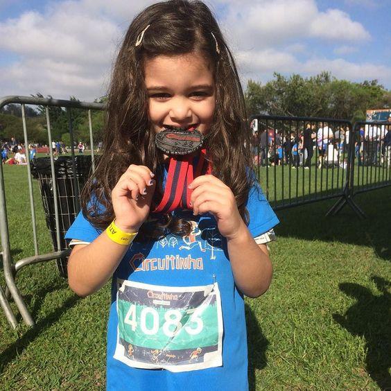 Medalha pra ela!!! Primeira corrida de Manu!!!
