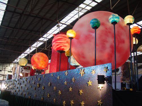 Dise o de carrozas construccion de carrozas tronos - Decoracion navidena para comercios ...