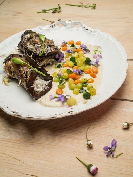 Auberginen-Reis-Röllchen mit Gemüseperlen auf Tahini-Cocos-Sauce mit Bärlauch, Löwenzahn, Veilchen, Senfblüten und Margariten (alle Blumen sind essbar)