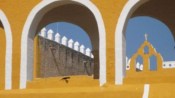 Izamal, Messico  Si trova nella regione dello Yucatán ed è stata definita dal ministro del Turismo messicano un «pueblo mágico»: gli edifici coloniali della città sono di un giallo molto intenso che crea un effetto molto particolare, facendola sembrare soleggiata in qualsiasi periodo dell'anno. Oggi Izamal è un luogo di pellegrinaggio in cui venerare alcuni santi cattolici.