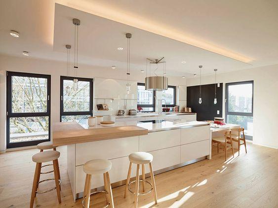 Küche weiß mit Altholzelementen und Eichenboden Planung und - offene kche mit theke