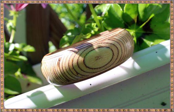 Bracelet rond en bois naturel de la boutique KhoutureFactory sur Etsy