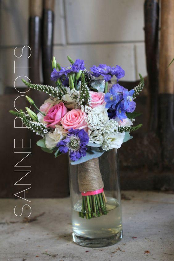 #Stoer #trouwboeket. Met #schelpen, #drijfhout, #bloemen in #roze, #blauw en #wit en een #stevig #touw met roze randje.