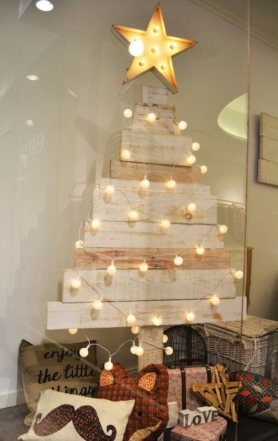 17 originales diseños para hacer un árbol de navidad con palets http://www.icono-interiorismo.blogspot.com.es/2014/12/17-originales-disenos-para-hacer-un.html: