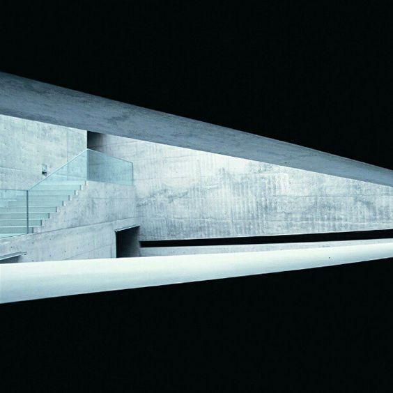 Museu de arte Chichu, na ilha de Naoshima, Kagawa. Japão. Projeto do arquiteto Tadao Ando.  #architecture #arts #arquitetura #arquitetura #decor #design #decoração #luzetrancendencia #lighting #projetocompartilhar #shareproject #museum #japan