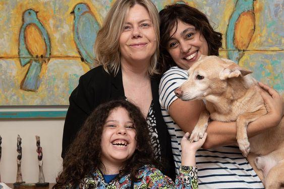 Andrea junto a María José, Fran y su perrito Willy. Fuente: LA NACION - Crédito: Alejandro Guyot