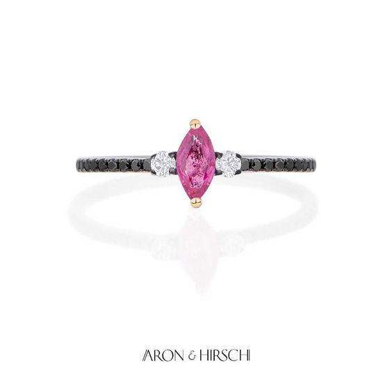 Anel Fininho em Ouro 18K Diamantes Negros Diamantes e Rubi #aronhirsch #finejewelry #diamantes #rubi  Para mais informações: whatsapp showroom (11) 9 7533.1238 by aron_hirsch