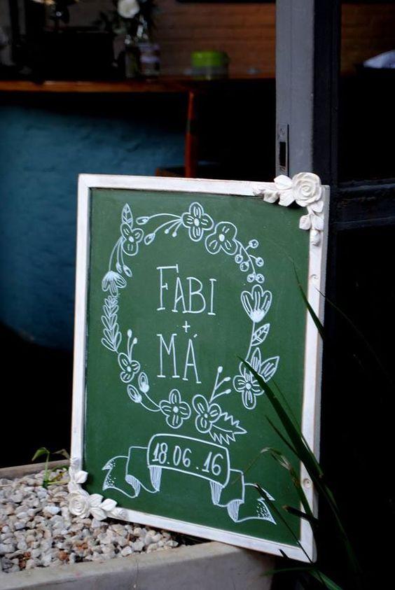 Lousa de casamento dando boas vindas ao casal. Mini wedding rústico romântico com toques de cobre em restaurante de SP. Casamento diferente e criativo.