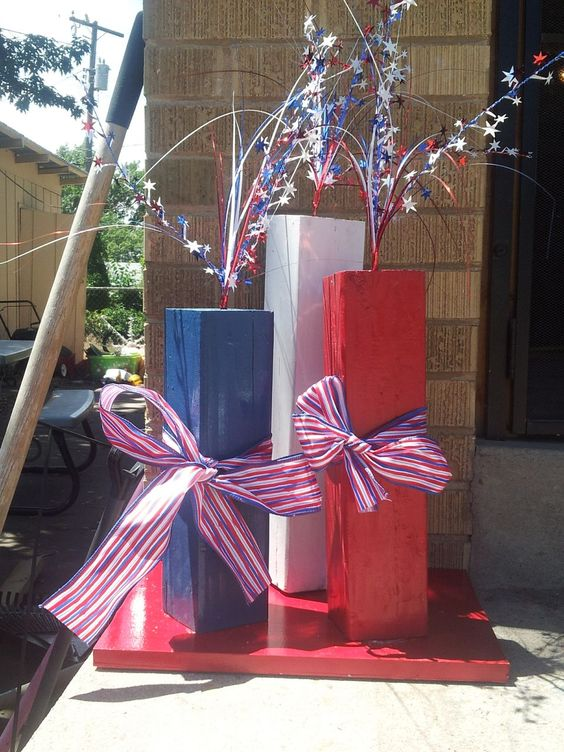 Outdoor 4th of July Decor • Great ideas and Tutorials! Including this outdoor fireworks display made from simple 4x4 wood scrapes from 'sunshine girl crafts'.