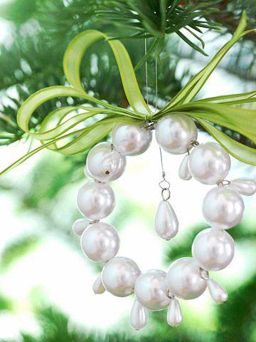 Pearly ornament, aber mit roten Holzperlen und grüner Schleife