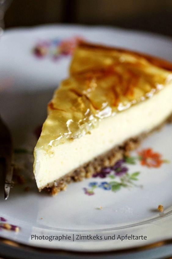 Irgendwie ist ja gerade die Zeit der Erkältungen. Überall kränkeln die Menschen, röcheln, hüsteln, schniefen… was tut man da, um sich zu schützen? Gaaaanz viel Vitamin C! Wir haben hier zur Zeit eine große Kiste mit Orangen stehen. Futtern sie, pressen sie zu Saft und ich habe sie zu meiner neuen großen Cheesecake-Liebe verabeitet: Orangen-Vanille-Cheesecake …