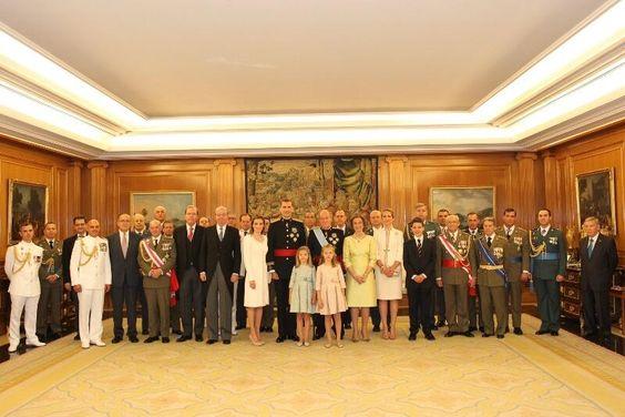 19/06/2014..Fotografía de grupo de la Familia Real con los asistentes al acto de imposición de la faja de capitán general