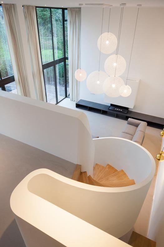 ROTTERDAM EN PLEIN AIR: SU DUE LIVELLI La scala traccia un percorso sinuoso che conduce dalla cucina, al secondo piano, al soggiorno.