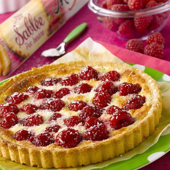 Égouttez la faisselle.Garnissez un moule à tarte avec la pâte sablée et placez au réfrigérateur pour une heure.Préchauffez le four à 180°C (thermostat 6).Sor